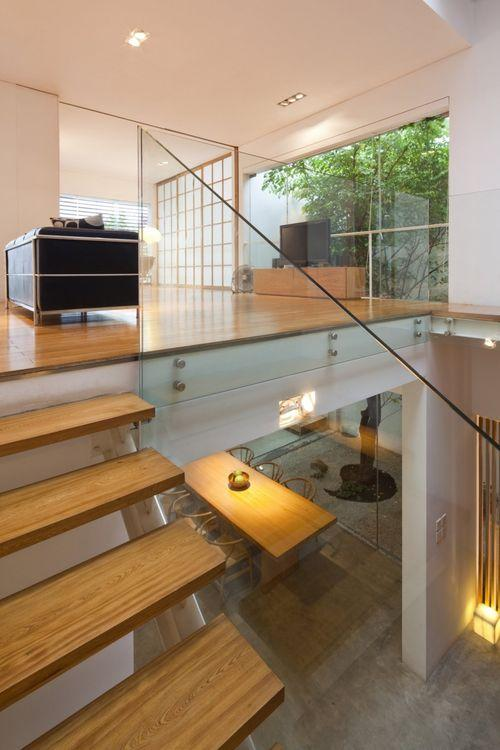 Лестница со стеклянными перилами в M11 House
