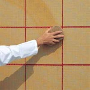 Зволоження папери на мозаїці за допомогою губки