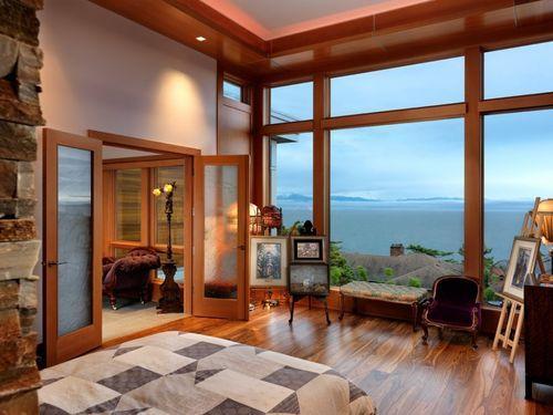 Спальня с большими окнами в доме Hillcrest