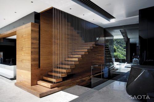 Дом Nettleton 198. Деревянная лестница на второй этаж