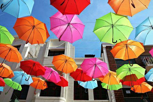 Подвешенные зонтики в Португалии