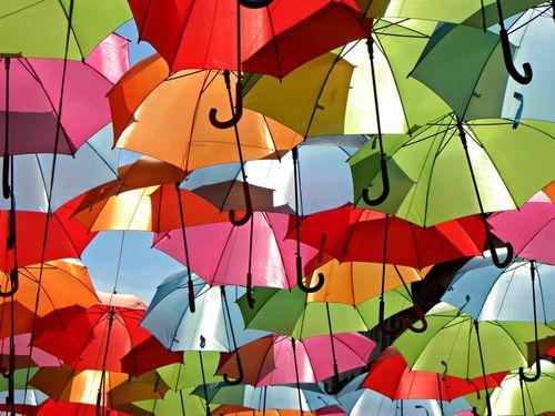 Зонтики на проволоки между домами