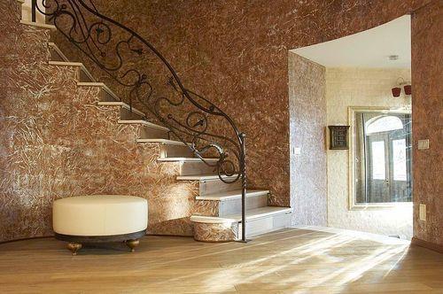 Декоративная штукатурка в коридоре с лестницей