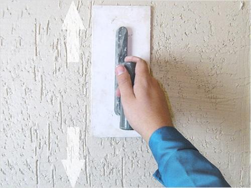 Нанесение декоративной штукатурки шпателем, двигая его вверх-вниз