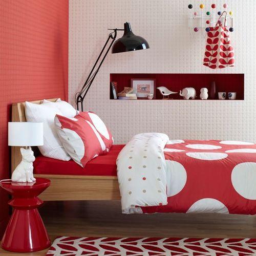 Коралловая стенка в спальни