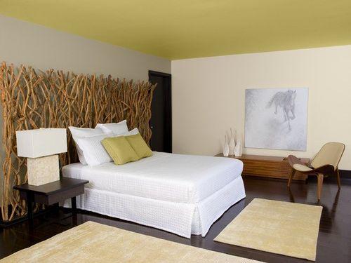 Ветки дерева в интерьере спальни