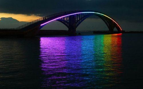 Световая инсталляция на пешеходном мосту