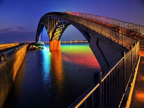 Световая инсталляция на пешеходном мосту Rainbow Bridge