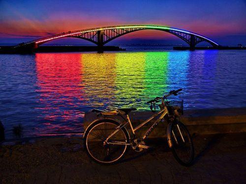 Световая инсталляция Rainbow Bridge