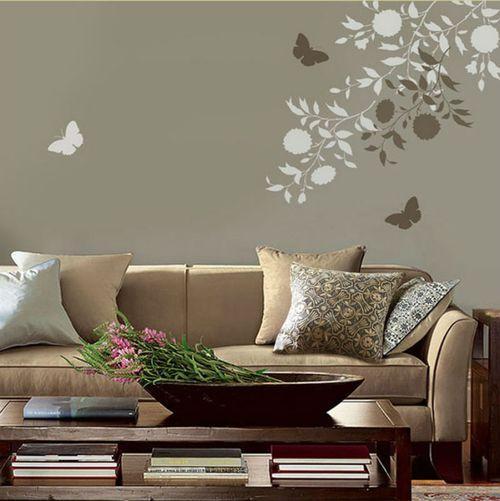 Художественная роспись стен в гостиной возле дивана