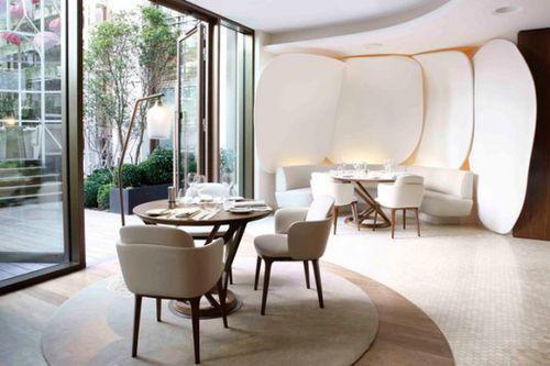 Цветочный интерьер Парижского ресторана Сamelia Restaurant