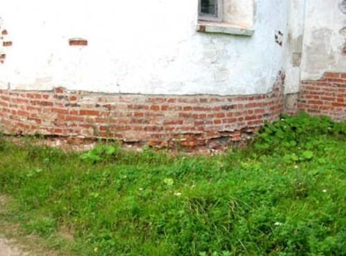 Из-за чего может разрушаться нижняя часть стены?