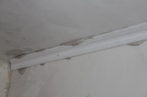 Как клеить потолочный плинтус без клея?