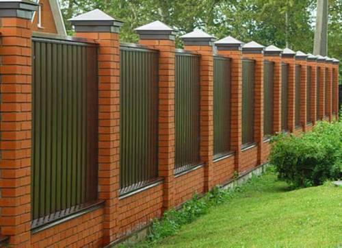 Забор из профнастила с кирпичными столбами. Цена