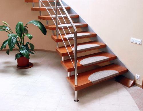 Какой материал выбрать для изготовления лестницы на даче