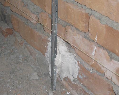 Крепим маяк для штукатурки стен