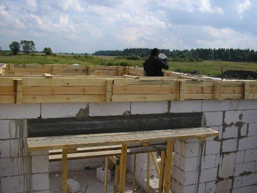 Заливка армпояса бетонной смесью
