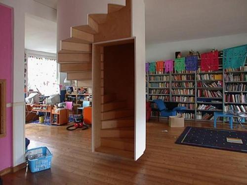 Лестница по средине комнаты