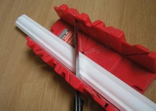 Вырезать угол на потолочном плинтусе в стусле
