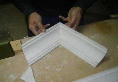 Как вырезать угол на потолочном плинтусе?
