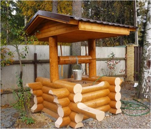 Домик для колодца из бревен
