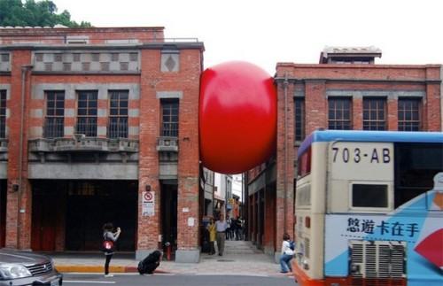 RedBall Project – гигантский мячик красного цвета, который путешествует по миру