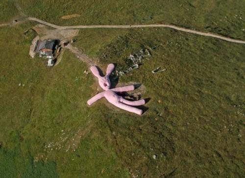 Огромный розовый заяц, находящийся на склоне горы в Италии