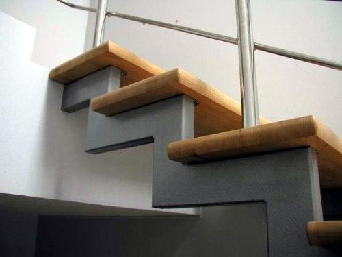 Преимущества металлических лестниц для загородного дома
