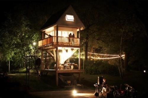 Уникальный коттедж Tom's Treehouse — дом вокруг дерева