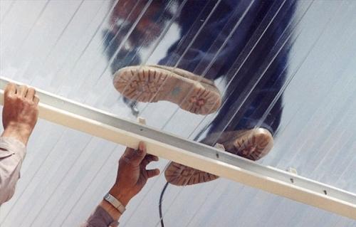 Процесс монтажа крыши из поликарбоната