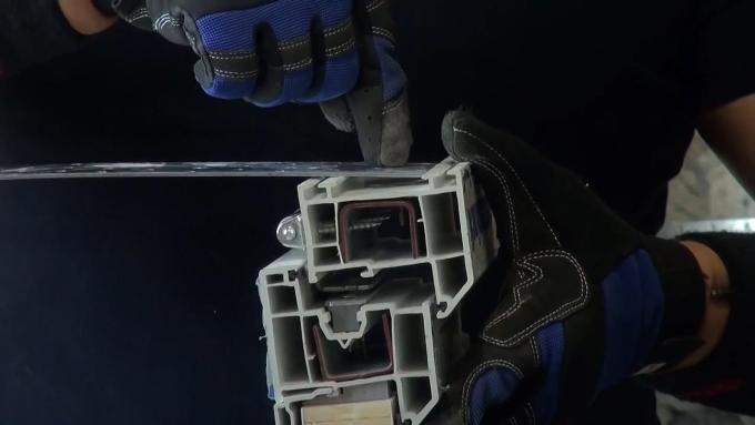 Крепление пластины к профилю окна