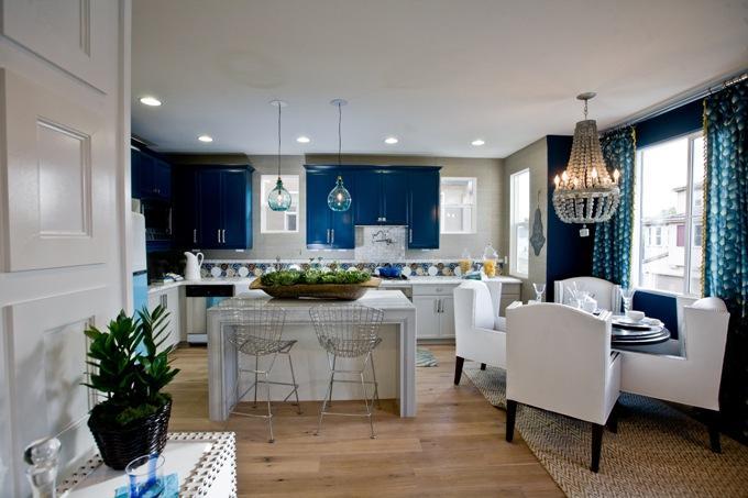 Синий с белым в кухне