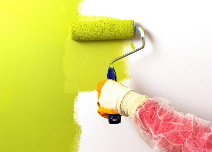 Нанесение краски на стену