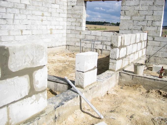 Кладка пеноблоков с помощью цементного раствора