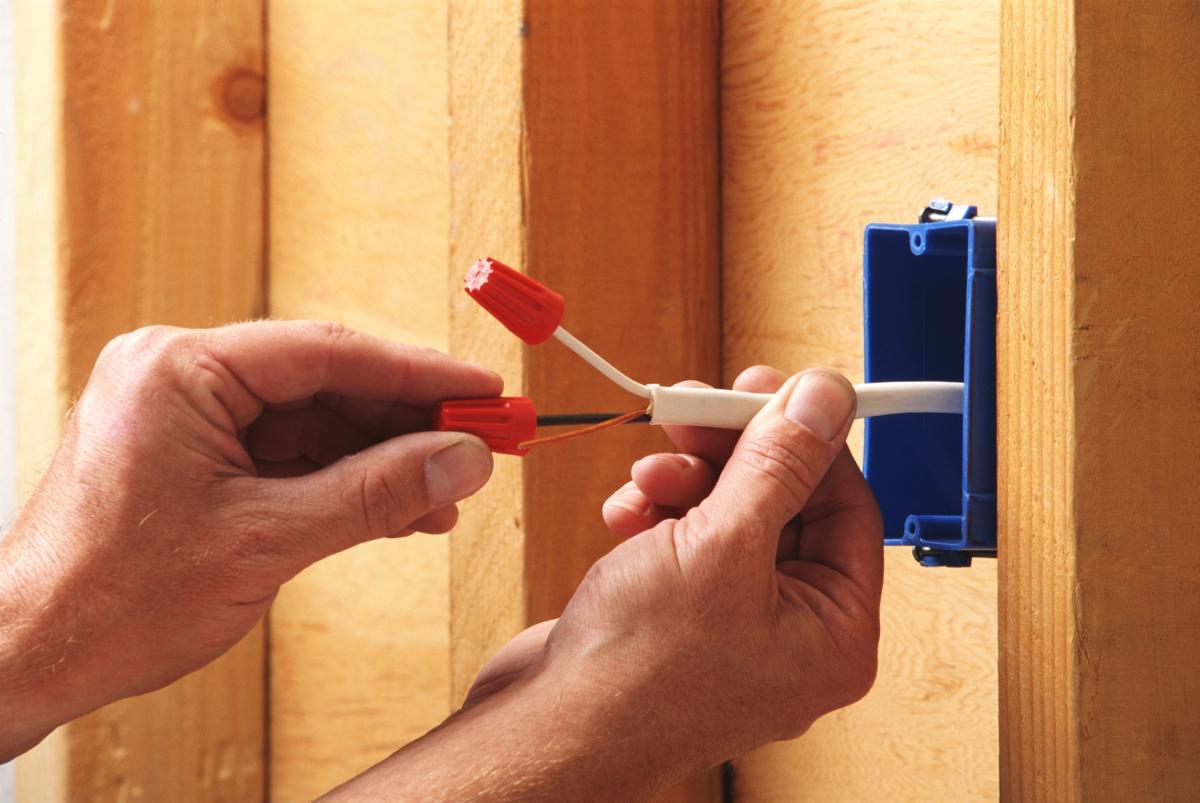 Проводка для деревянного дома. Какой она должна быть?
