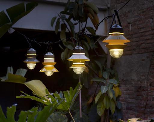 Светильники уличного освещения и металлические столбы для них