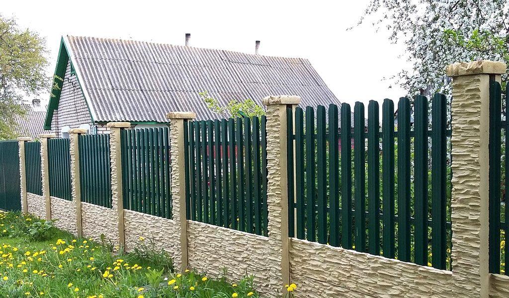 Штакетный забор: основные преимущества и недостатки конструкции