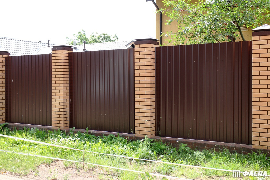 Профнастил на забор: из чего складывается цена?